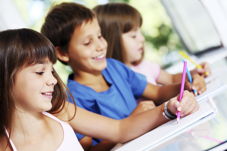 Nens reient i dibuixant