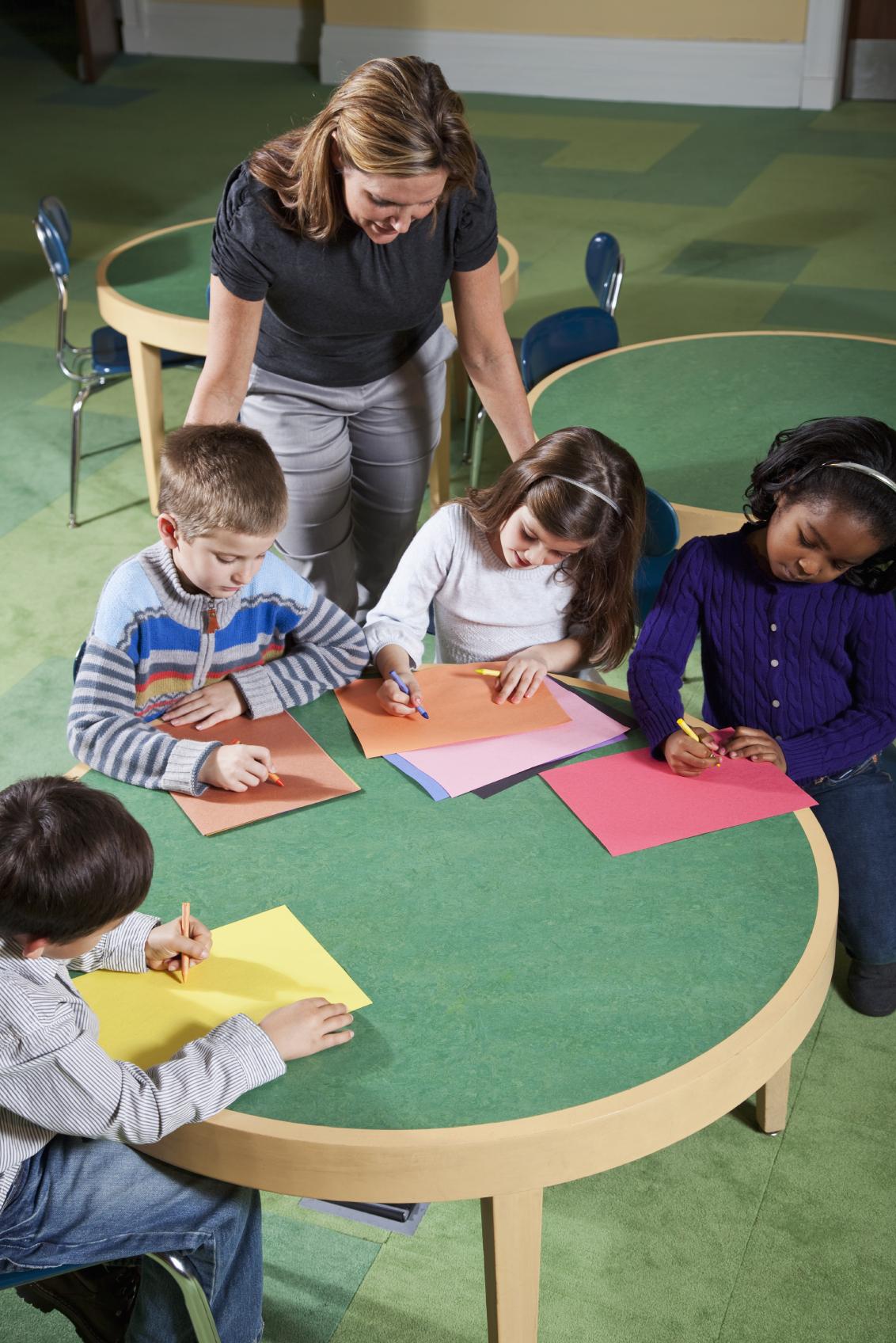 Professora amb un grup de nents en una classe d'art